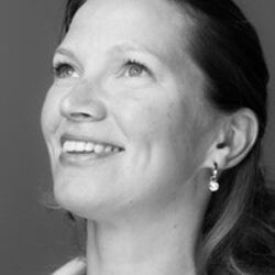 Annemarije Tillema woman smiling black and white picture pearl earring